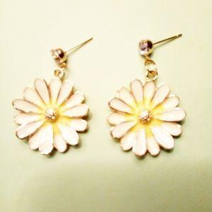 """New Betsey Johnson """"Summertime"""" Flower Earrings"""